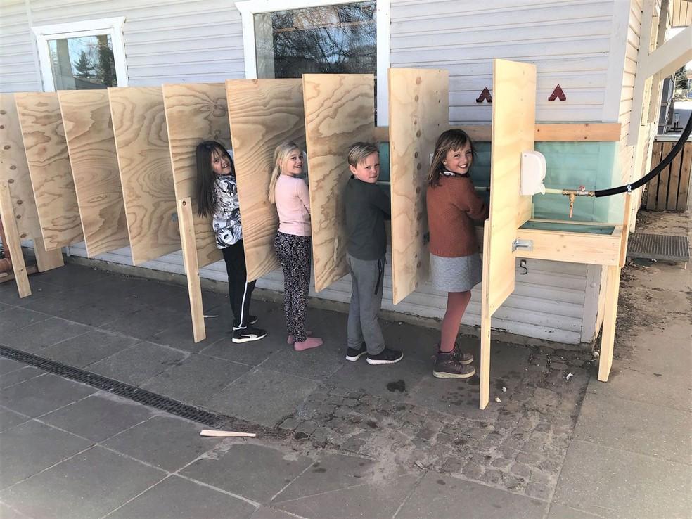 Crianças lavam as mãos na escola Gudenåskolen, na Dinamarca  — Foto: Lone Mathiesen/ Divulgação/ Embaixada da Dinamarca no Brasil