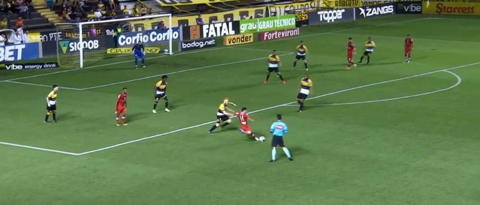 Alisson Farias faz jogada pela esquerda contra o Criciúma — Foto: Reprodução Sportv