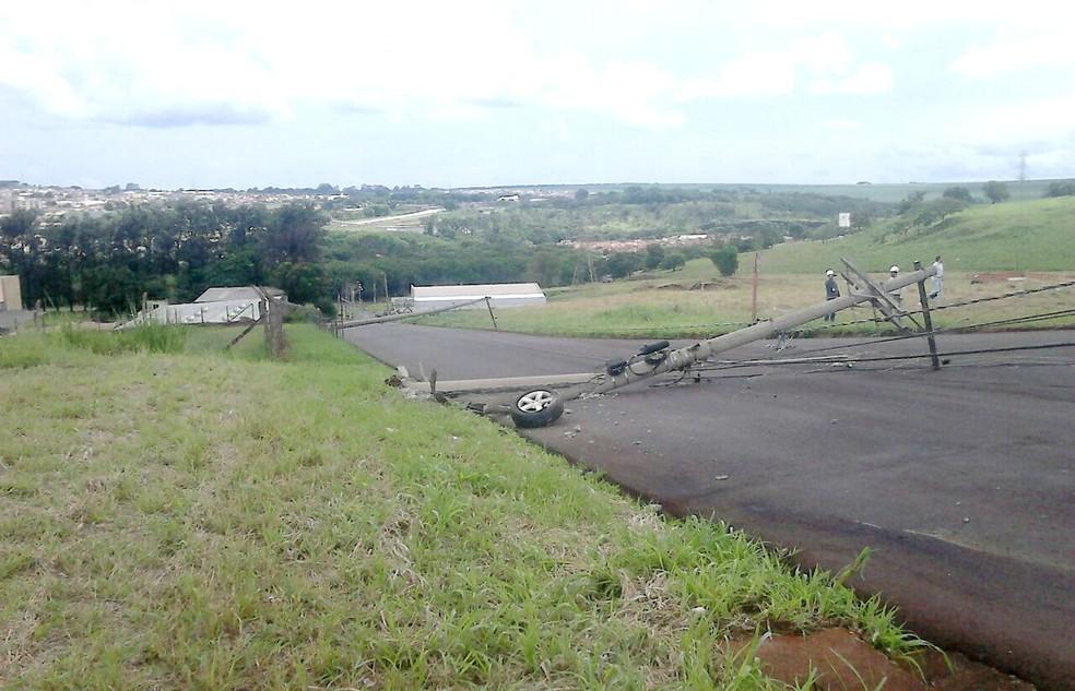 Uma das rodas ficou caída junto a um dos postes arrancados (Foto: Luizinho Andretto/Arquivo Pessoal)