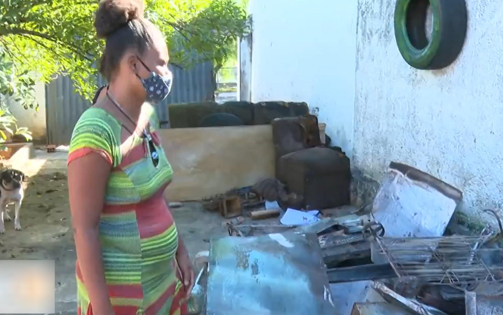 Mulher denuncia que ex-companheiro colocou fogo na casa dela por não aceitar o fim da relação, em Goiânia