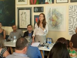 Advogada explica petição que será apresentada à Comissão Interamericana de Direitos Humanos da OEA (Foto: Jonas Campos/RBS TV)