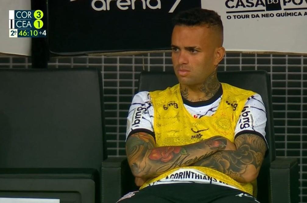 Luan no banco na partida entre Corinthians e Ceará — Foto: ge