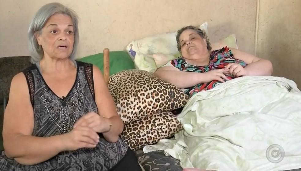 Irmã ajuda nos cuidados de moradora de Barra Bonita (Foto: Reprodução/TV TEM )