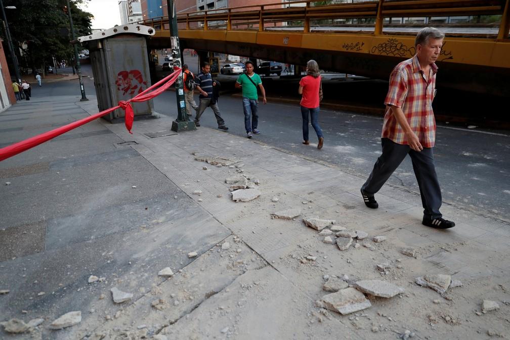 Pessoas andam perto de detritos em Caracas depois que um terremoto atingiu a costa norte da Venezuela (Foto: Reuters/Carlos Garcia Rawlins)