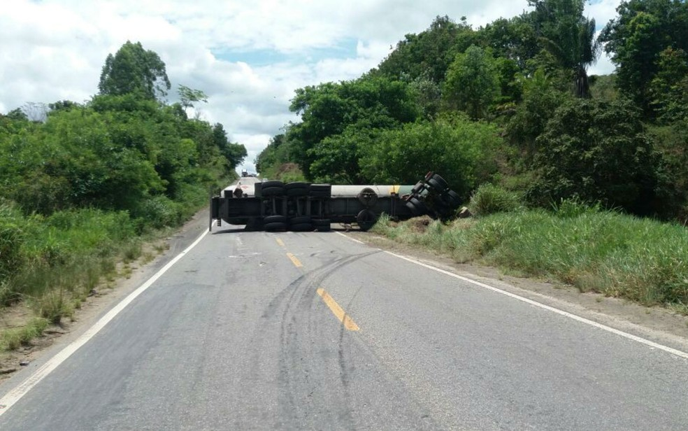 Testemunhas contaram que motorista tentou desviar de carro que fazia ultrapassagem irregular (Foto: Divulgação/PRF)