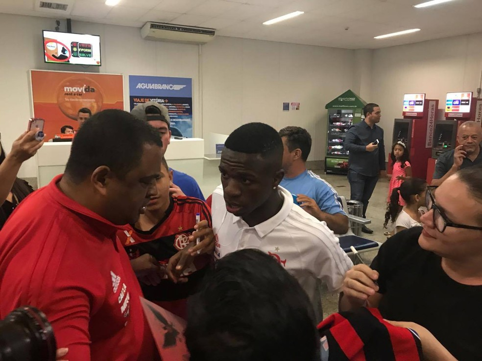 Chegada do Flamengo no Espírito Santo com Vinicius Junior (Foto: José Renato Campos/GloboEsporte.com)