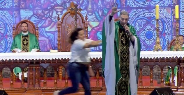 Padre Marcelo Rossi é empurrado durante missa em SP
