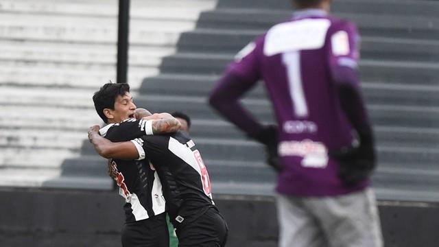 Cano comemora gol do Vasco contra o Macaé