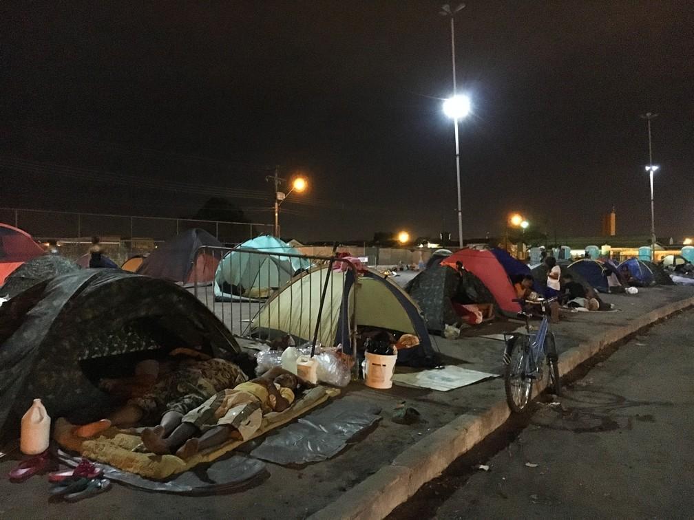 Refugiados dormem em acampamento improvisado que surge todas as noites atrás da Rodoviária de Boa Vista — Foto: Emily Costa/G1 RR