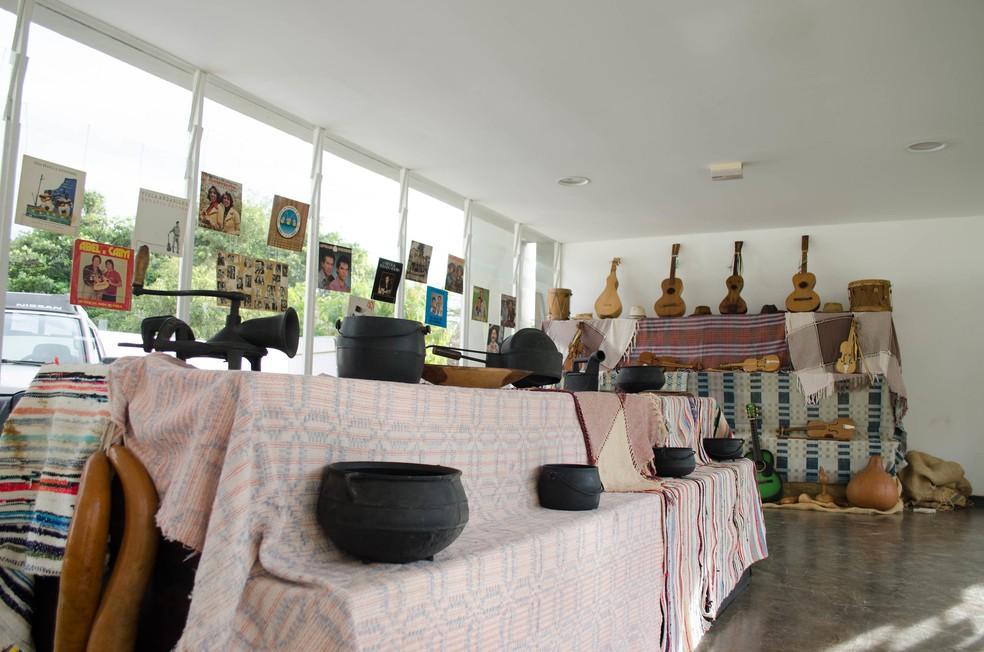 Exposição de objetos históricos relacionados ao universo caipira durante o Encontro de Violeiros e Violeiras do DF — Foto: Luiz e Rafael Fernandes/Divulgação