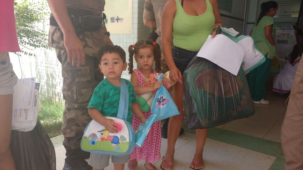 Heverton e Eduarda são primos e deixaram o hospital neste sábado (Foto: Juliana Peixoto/ G1)