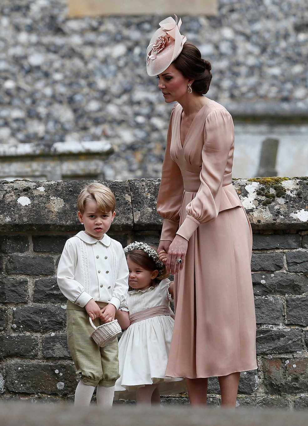 Kate Middleton, duquesa de Cambridge, com Geroge e Charlotte, no casamento de sua irmã mais nova Pippa Middleton (Foto: Kirsty Wigglesworth/Reuters)