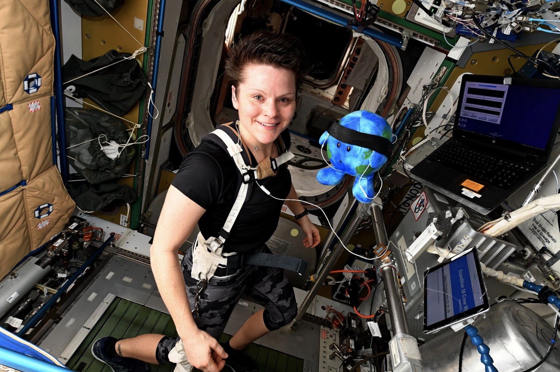 A astronauta Anne mcClain ao lado de Earthie (Foto: NASA/ Anne McClain)