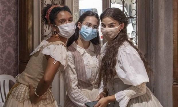 Heslaine Vieira, Daphne Bozaski e Gabriela Medvedovski nos bastidoores de Nos Tempos do Imperador (Foto: Reprodução/Instagram)