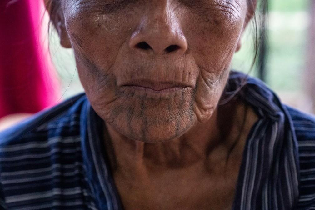 Detalhes da tatuagem no rosto de Katica Karipuna, em foto de 2019 — Foto: Fabio Tito/G1