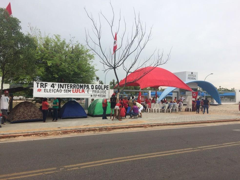 Manifestantes se reuniram em frente à Justiça Federal de Mossoró em apoio ao ex-presidente Lula (Foto: Flávio Soares/Inter TV Costa Branca)
