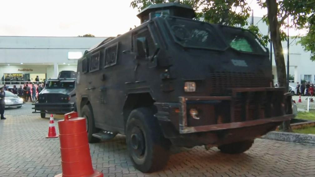 Blindados deixam a Cidade da Polícia — Foto: Reprodução/TV Globo