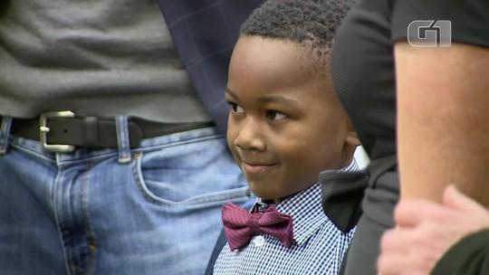 Nos EUA, audiência de adoção de garoto de 5 anos tem presença de toda sua sala da escola