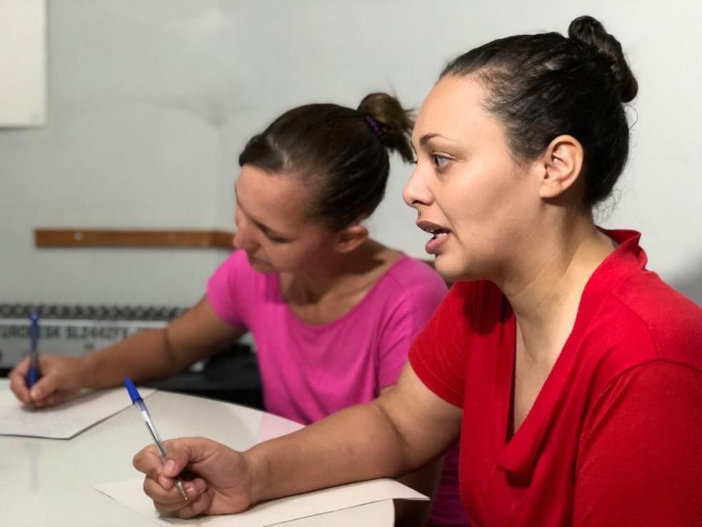 Escritoras envolvidas no projeto de estímulo a leitura e poesia afirmam que é uma maneira de se expressarem e refletirem — Foto: Juliana Gorayeb/G1