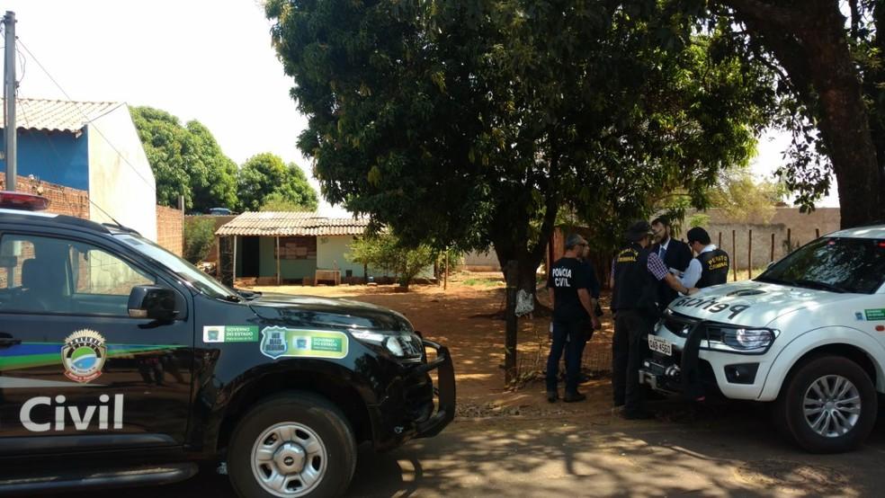 -  Polícia em frente ao local do crime  Foto: Fabiano Arruda/ TV Morena