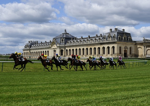 CHANTILLY, FRANCE - JUNE 02:  Runners turn away from the Les Grandes Ecuries and make their way into the straight at Chantilly racecourse on June 02, 2013 in Chantilly, France. (Photo by Alan Crowhurst/Getty Images) (Foto: Getty Images)