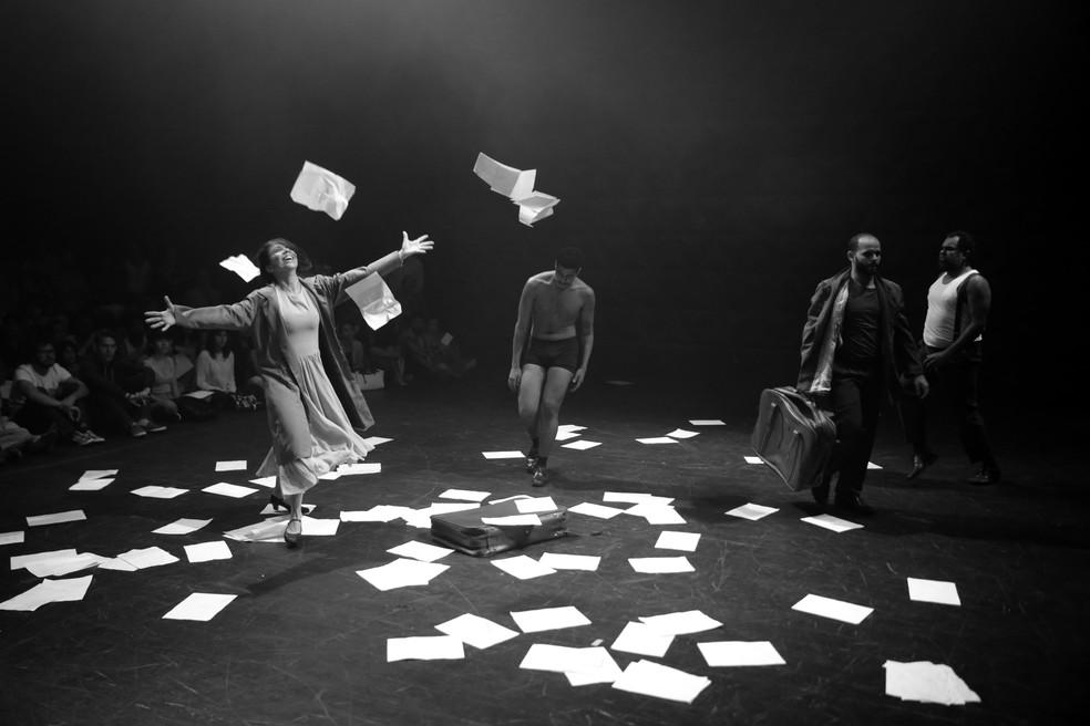 Espetáculo tem como cenário um espaço poético povoado por cadeiras, postes, malas e pessoas (Foto: Henrique Chendes/Divulgação)