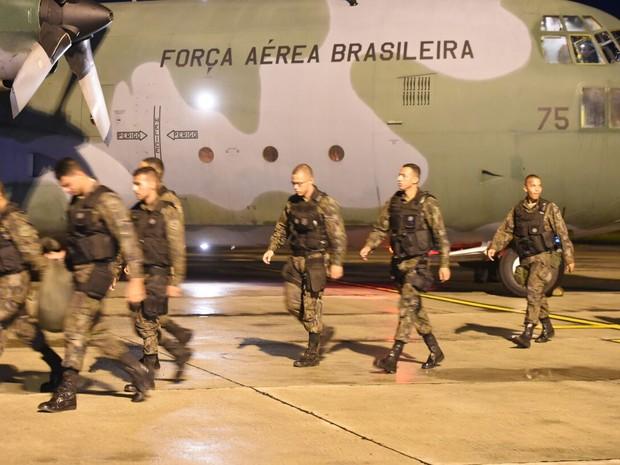 Homens das Forças Armadas chegao ao Espírito Santo, na noite desta quarta-feira (8) (Foto: Fred Loureiro/Secom-ES)