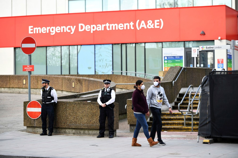 Policiais fazem segurança do hospital Saint Thomas, na região central de Londres, onde o premiê Boris Johnson segue internado por causa da Covid-19 — Foto: Dominic Lipinski/PA via AP
