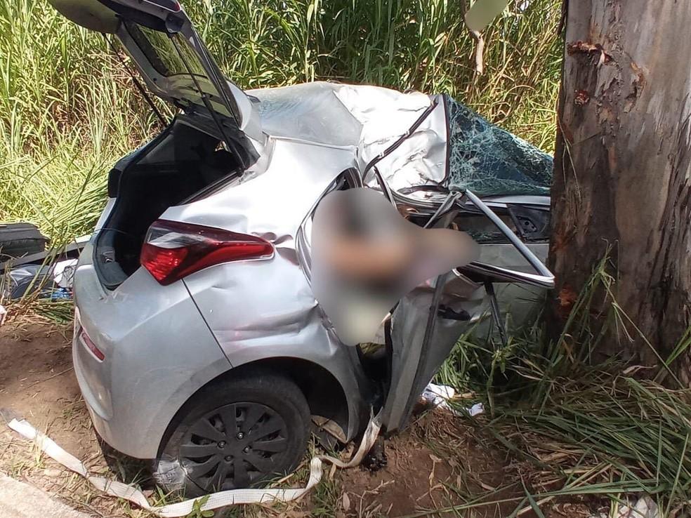 Carro bateu em uma árvore às margens da BR-116, em Santa Bárbara do Leste — Foto: Redes Sociais