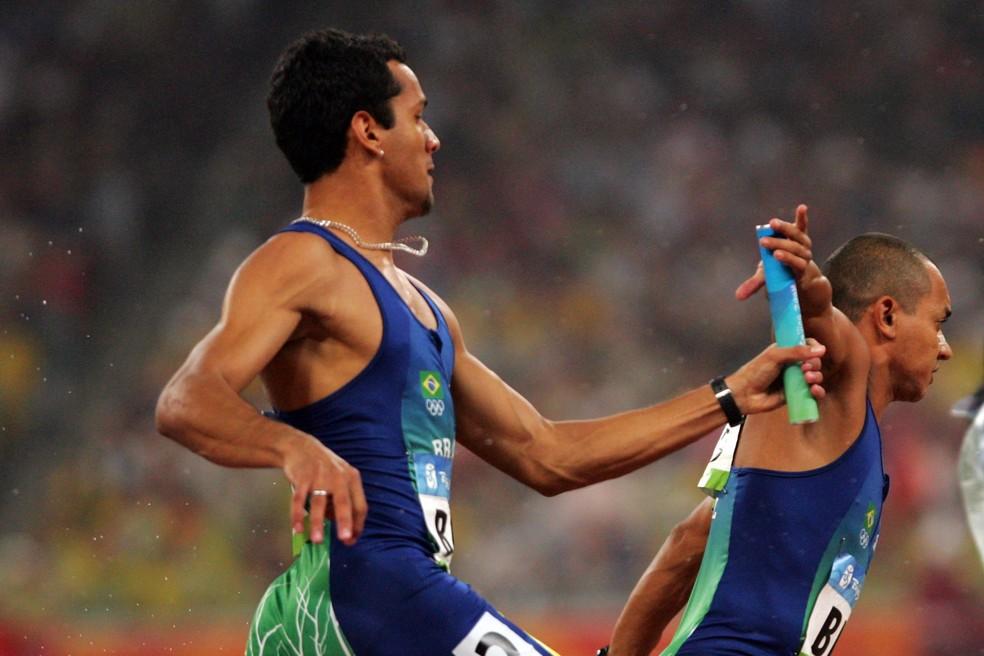 Bruno Lins passa o bastão para Vicente Lenílson 4 x 100m Pequim 2008  — Foto: Jonne Roriz/Agência Estado