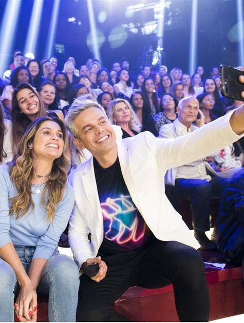 Otaviano Costa recebeu a visita da mulher, Flávia Alessandra, nos bastidores de gravação do 'Tá brincando' (Foto: TV Globo/João Miguel Júnior)