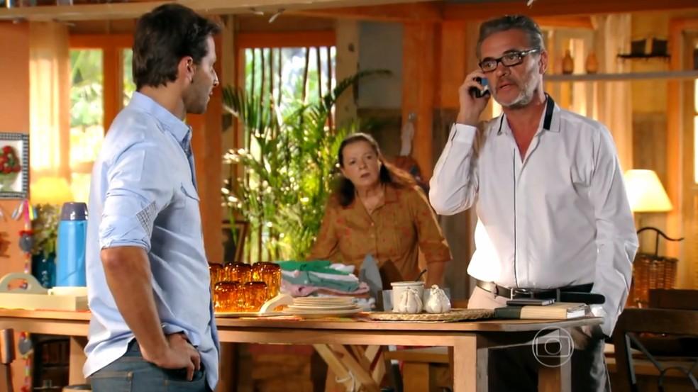 Cassiano (Henri Castelli) e Olívia (Bete Mendes) ficam surpresos com Duque (Jean Pierre Noher) tentando fazer acordo em 'Flor do Caribe' — Foto: Globo