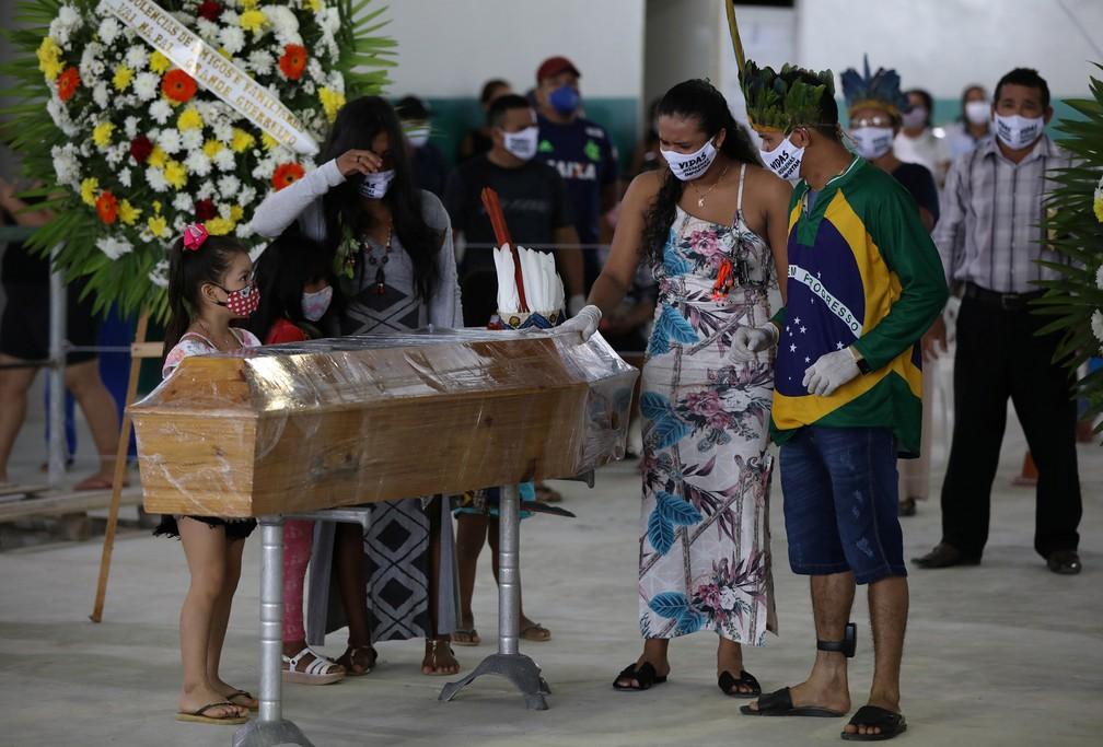 14 de maio - Indígenas participam do velório do cacique Messias Kokama, 53, que morreu vítima de coronavírus (COVID-19), no Parque das Tribos, em Manaus — Foto: Bruno Kelly/Reuters