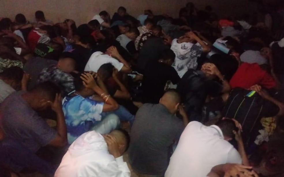 Menores foram encontrados em festa com drogas e bebidas, em Goiânia — Foto: PM/Divulgação