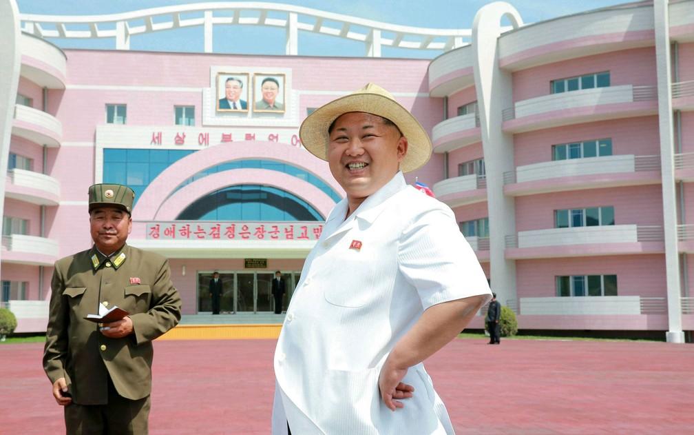 O líder norte-coreano Kim Jong-un visita o Berçário e Orfanato de Wonsan, na cidade de Wonsan, na Coreia do Norte, em foto não datada divulgada pela agência KCNA em junho de 2015 (Foto: KCNA/via Reuters )
