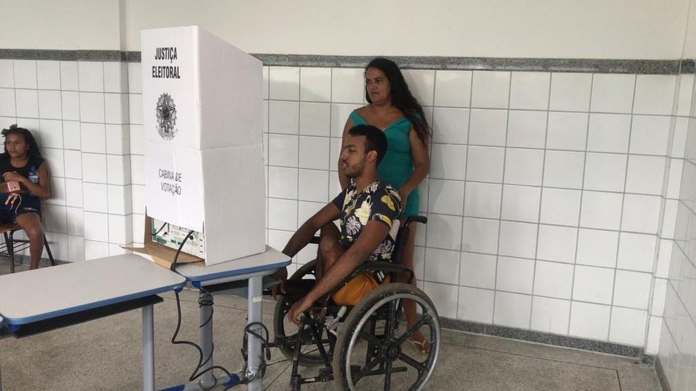 Caio Leonardo garantiu voto em Salvador — Foto: Juliana Cavalcante/TV Bahia