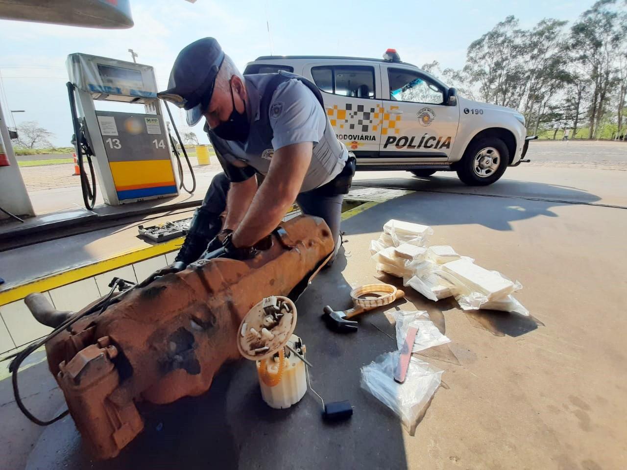 Fiscalização encontra 30kg de cocaína escondidos em tanque de combustíveis de carro e motorista acaba preso em flagrante