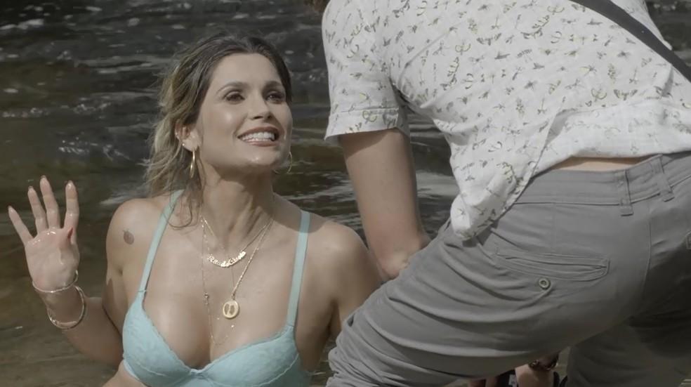 Rita de Cássia (Flávia Alessandra) faz o teste na cachoeira vestindo só a lingerie, na novela 'O Sétimo Guadião' — Foto: TV Globo