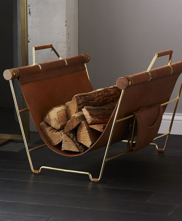 Esta bolsa pode servir para guardar madeira para lareira ou até mesmo revistas (Foto: CB2/ Reprodução)