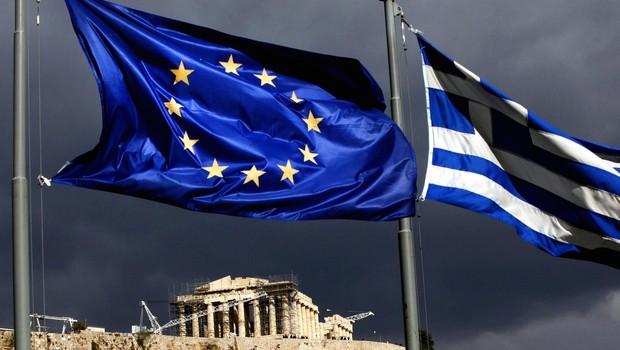 Bandeiras da Grécia e da União Europeia tremulam ao vento, tendo a Acrópolis de Atenas ao fundo (Foto: Getty Images)