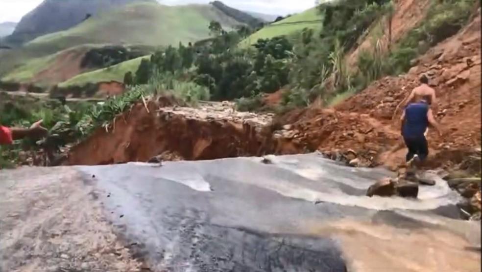 Cratera se abriu em rodovia em Rio Novo do Sul, Espírito Santo — Foto: Reprodução / TV Gazeta