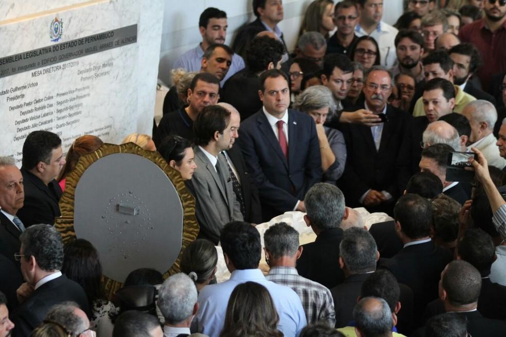 Governador Paulo Câmara, ao centro, presta solidariedade à família do deputado Guilherme Uchoa (Foto: Marlon Costa/Pernambuco Press)