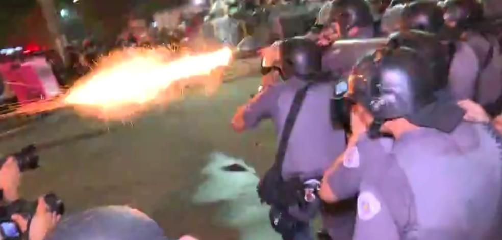 Policial dispara contra manifestantes em frente à estação Brás da CPTM (Foto: Reprodução/GloboNews)