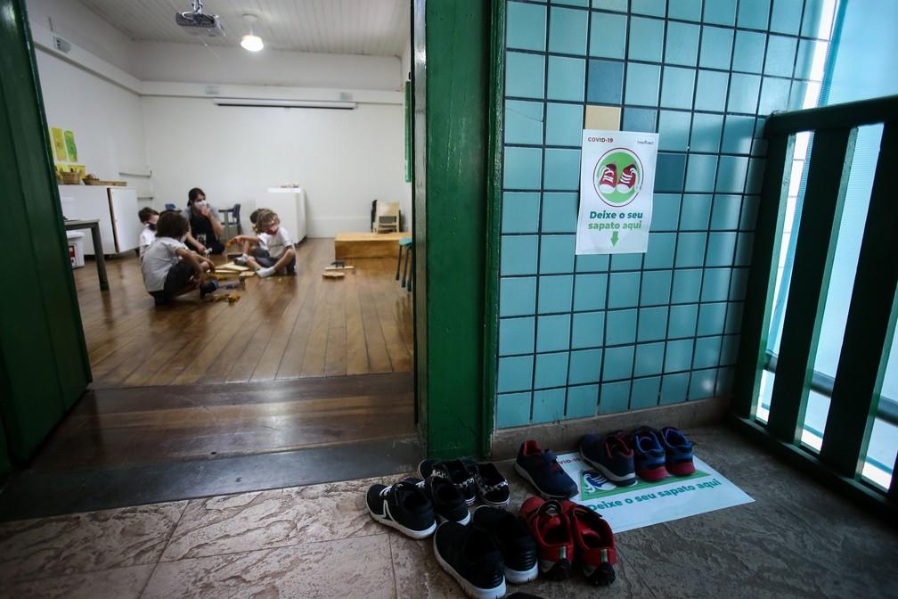 VOLTA ÀS AULAS EM SP: Calçados de crianças ficam do lado de fora da sala durante atividade na escola particular Projeto Vida, na Zona Norte de São Paulo, na manhã desta quarta-feira (7). — Foto: Felipe Rau/Estadão Conteúdo