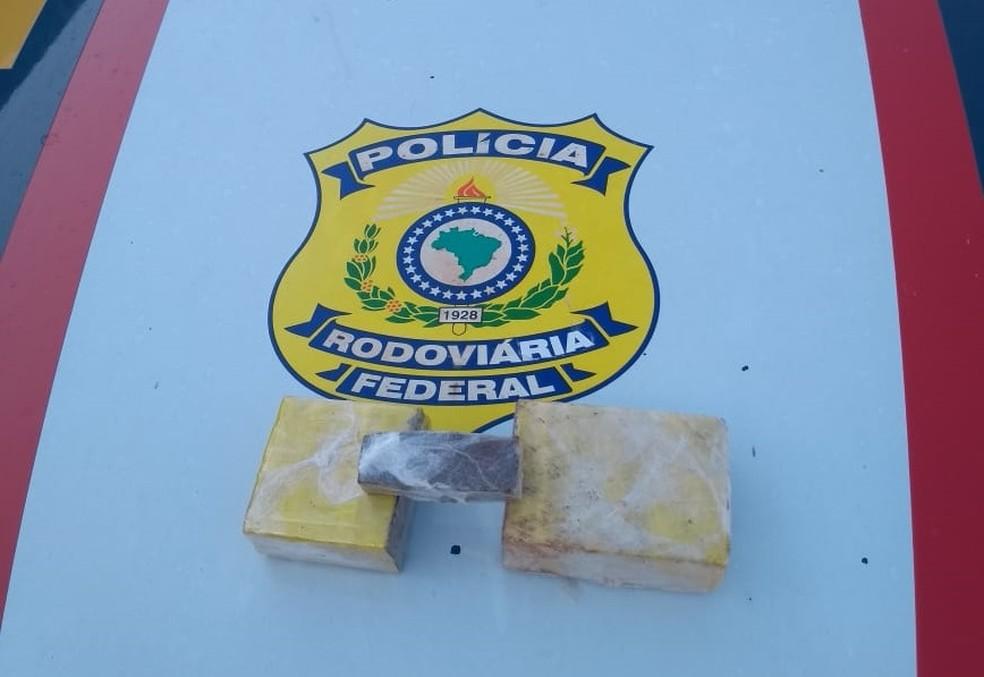 Suspeito estava com drogas e dinheiro — Foto: Divulgação/PRF