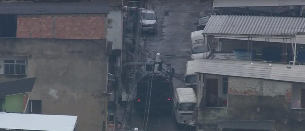 Policiais desceram do veículo blindado e seguiram a pé armados pela comunidade — Foto: Reprodução/TV Globo