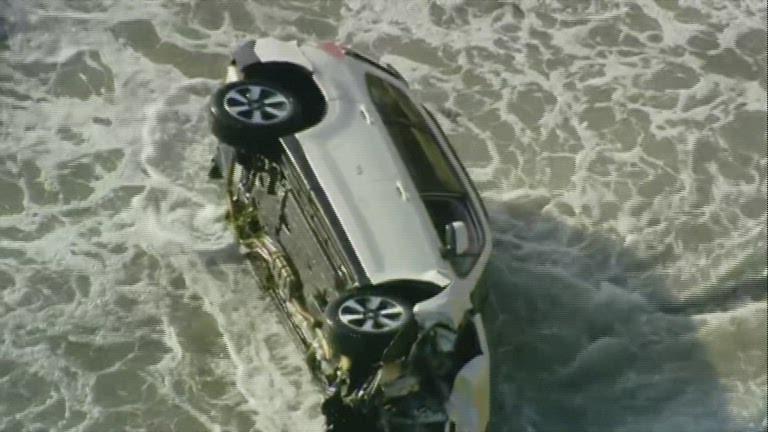 Motorista cai de penhasco e é resgatado dentro de praia nos EUA; veja VÍDEO