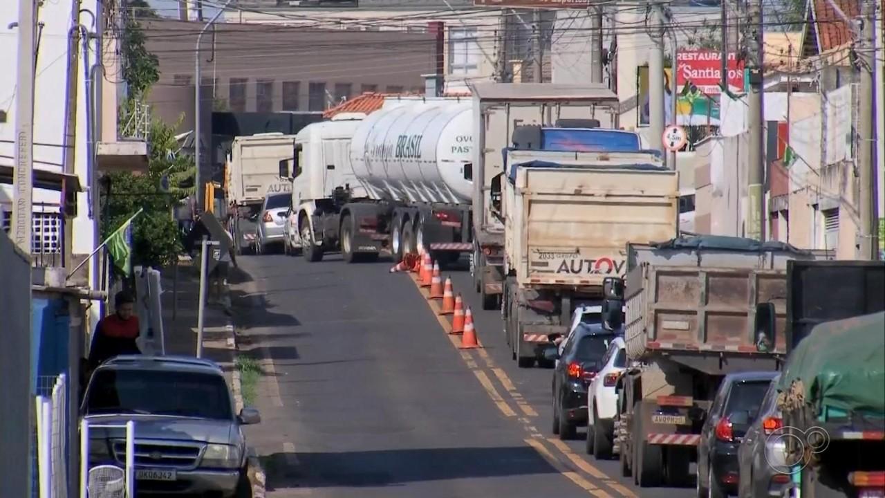 Obras em rodovia levam sistema pare e siga para área urbana de Pompeia