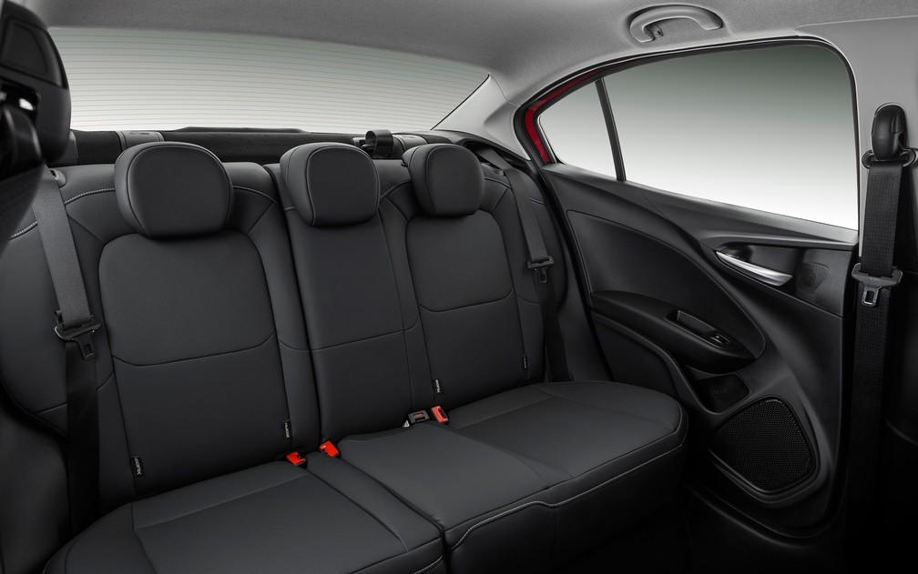 Fiat Cronos tem banco bipartido de série somente nas versões mais caras; nas intermediárias, é opcional (Foto: Divulgação)