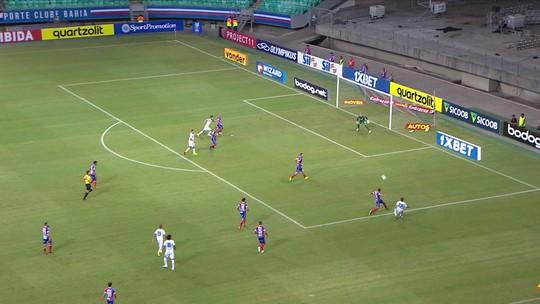 Iury cruza na direção do gol, mas a bola vai muito forte, aos 09' do 1º tempo